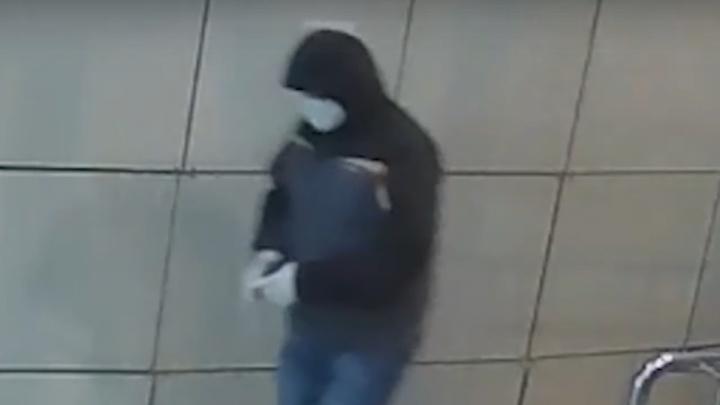 «Был в маске и перчатках»: на видео камер наблюдения попал подозреваемый в краже денег с чужой карты