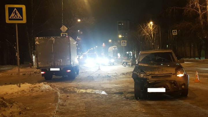 В ДТП с грузовой «Газелью» на Эльмаше пострадала 11-летняя девочка. У нее перелом лицевой кости