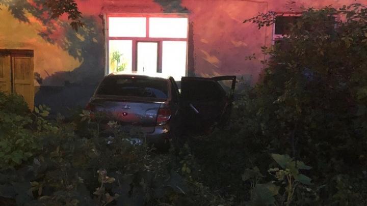 Очевидцы: подвыпившая женщина на «Гранте» врезалась в дом в Самаре