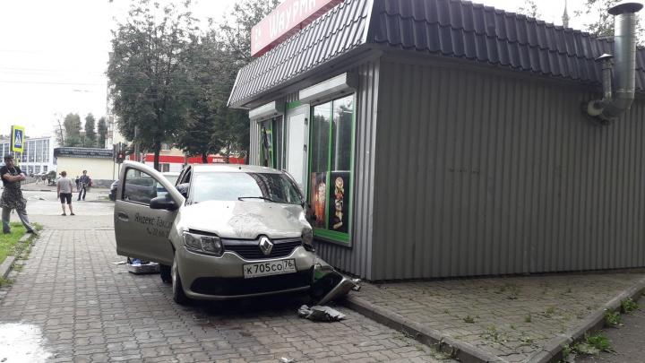 В Ярославле такси влетело в ларёк с шаурмой: видео