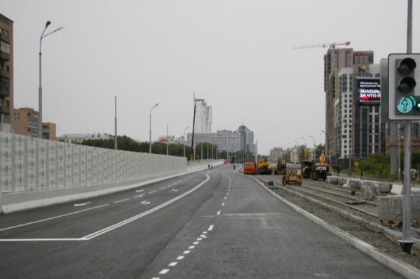 На мосту строят трамвайную линию