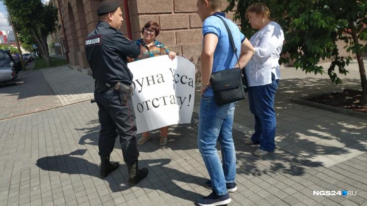 Серия одиночных пикетов в поддержку Давыденко идет у здания краевого правительства