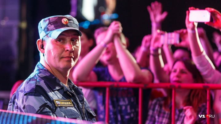 «В городе нет никакой власти?»: в Волжском охранники не пустили в зал пенсионеров и полицейских
