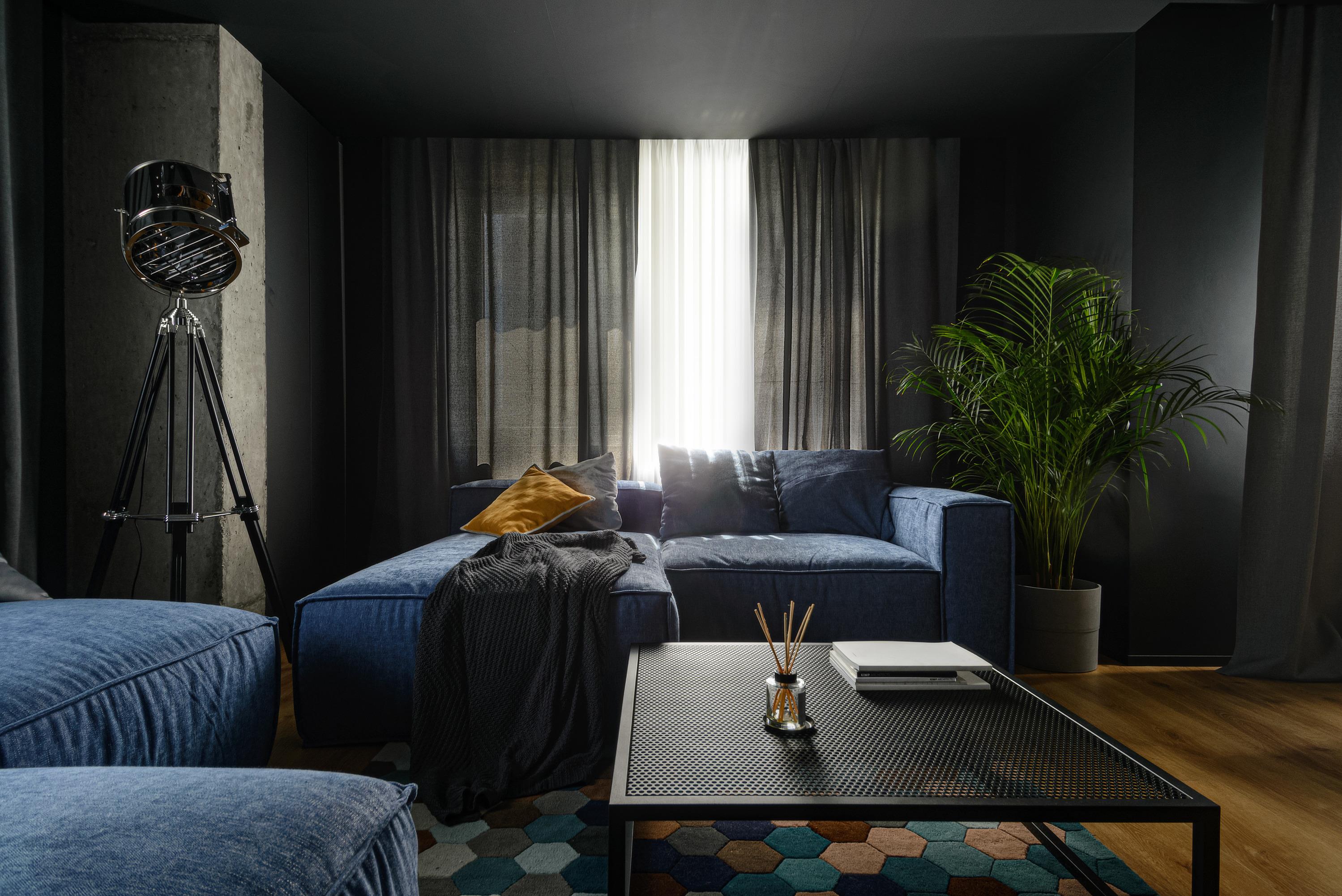 В квартире большие окна и много света, который можно прикрыть гардинами, создав уютный полумрак