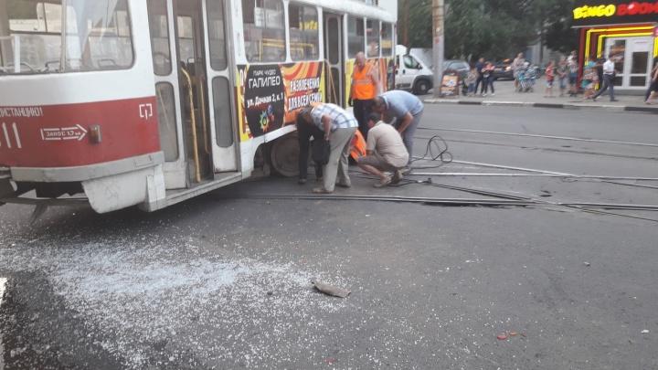 Пострадали 6 человек: у ТЦ «Аврора» трамвай сошел с рельсов и врезался в микроавтобус