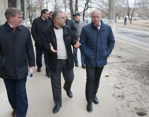 «Что он там осматривал?»: волгоградцы увидели засыпанные землёй ямы, а Виталий Лихачёв — ремонт
