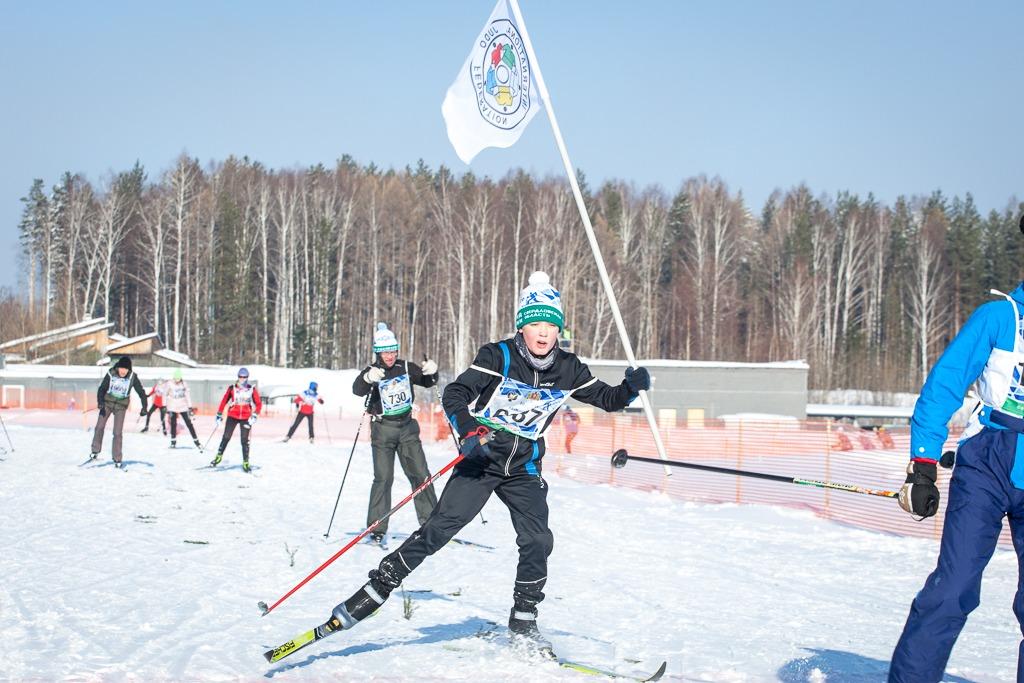 Лыжники бежали дистанцию с флагами