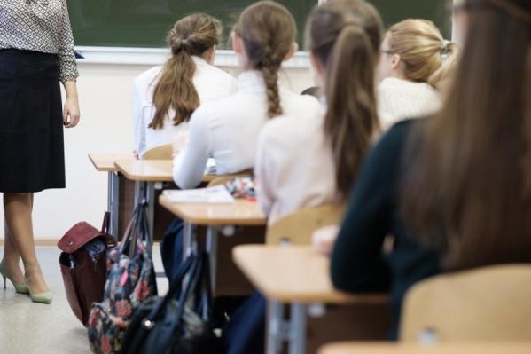 Обычно школьники готовят подарки для педагогов к Дню учителя. Закон это не запрещает
