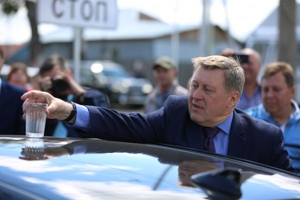 Мэр проинспектировал новую дорогу проверенным методом — с помощью гранёного стакана с водой