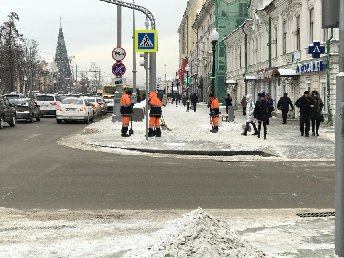 Невозможно отрицать, что в этом году центр Екатеринбурга убран из рук вон плохо. Фото Алексея Беззуба, сделанное в декабре 2017 года