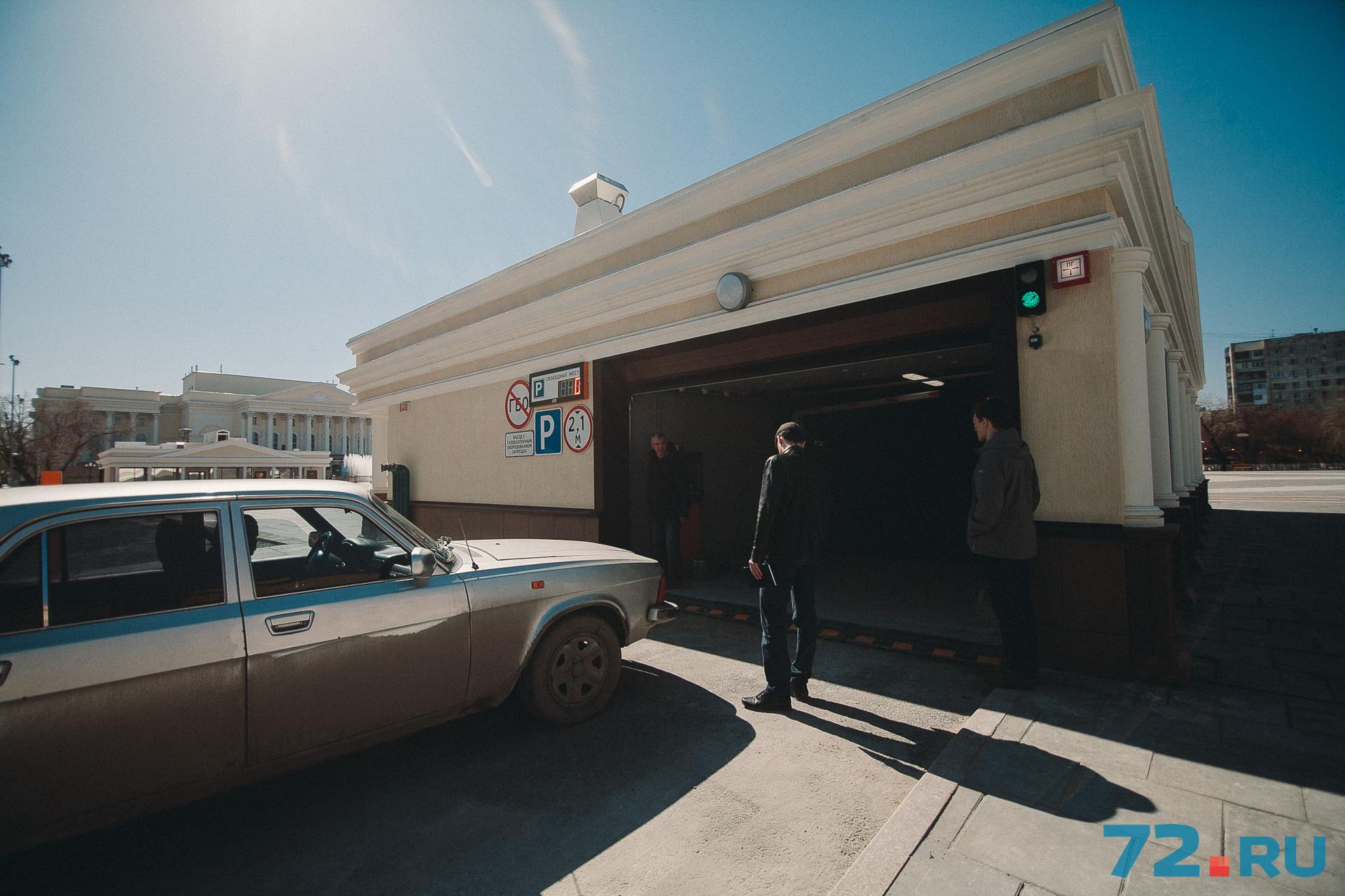 Двухуровневый паркинг, рассчитанный на 289 машино-мест, открылся 1 мая и пока работает бесплатно&nbsp;<br>&nbsp;
