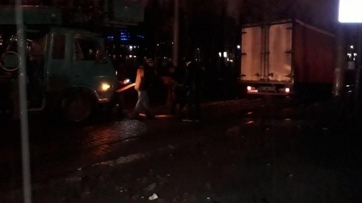 Возле Дворца молодёжи грузовик парализовал движение трамваев