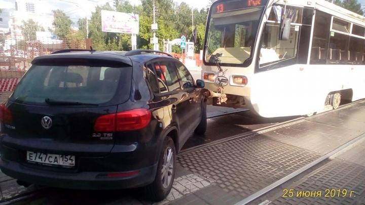 Трамвай № 13 врезался во внедорожник, который объезжал раскопанную улицу по трамвайным путям