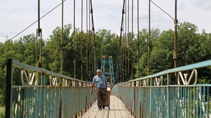 Обитатели деревни, отрезанной от мира: «Больных несут до моста на носилках или везут на телеге»