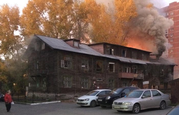 Пожар обнаружили уже на поздней стадии — пламя охватило крышу дома