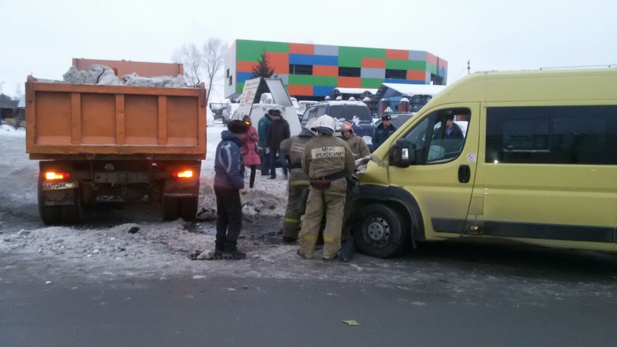 Семеро пострадали вНовосибирске вДТП смаршруткой