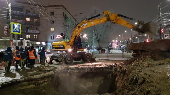 «Это не авария, а течь»: на 7-й Гвардейской в Волгограде весь день чинят прохудившуюся трубу