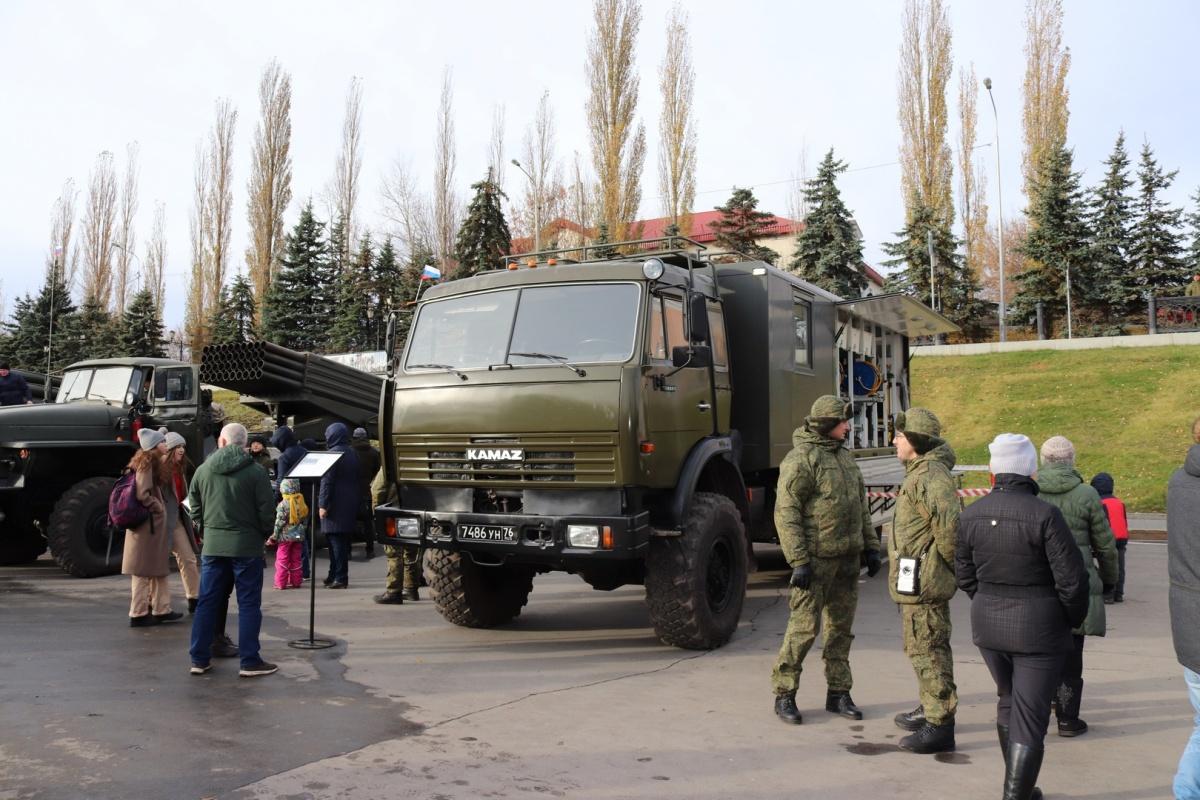 Танчики и техника ПВО уже привлекли внимание местной детворы