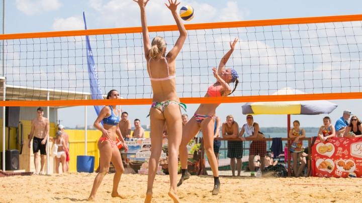 Горячий песок и девушки в бикини: челябинцы провели чемпионат по пляжному волейболу