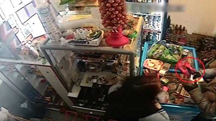 В Березниках мужчина с ножом ограбил продуктовый магазин. Полиция просит помочь в его поисках