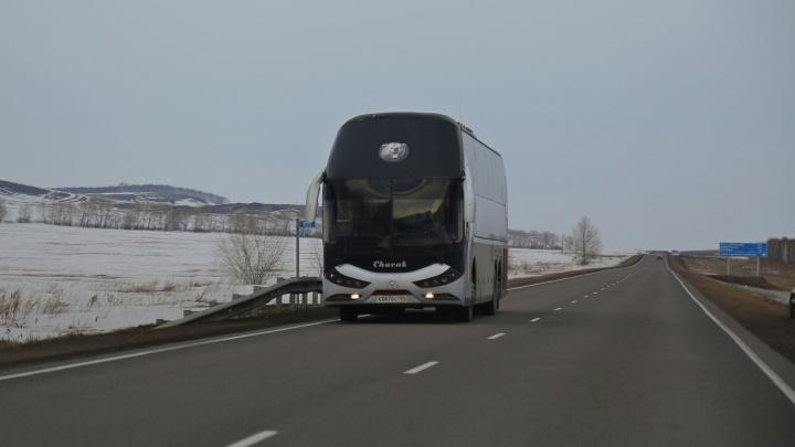 Междугородний автобус заглох на 30-градусном морозе на трассе: с экипажем ДПС отогревали 2 часа