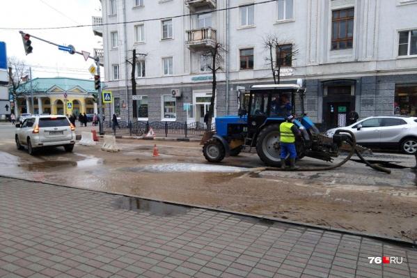 Коммунальщики поставили конусы на дороге и откачивают воду