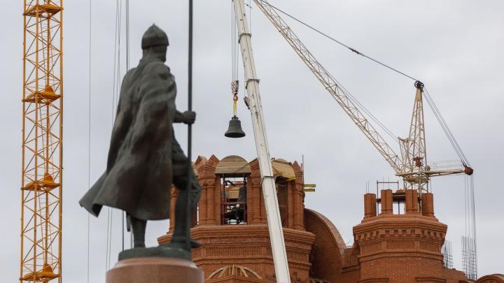 «Он станет сердцем города»: на новый храм Волгограда подняли четыре многотонных колокола