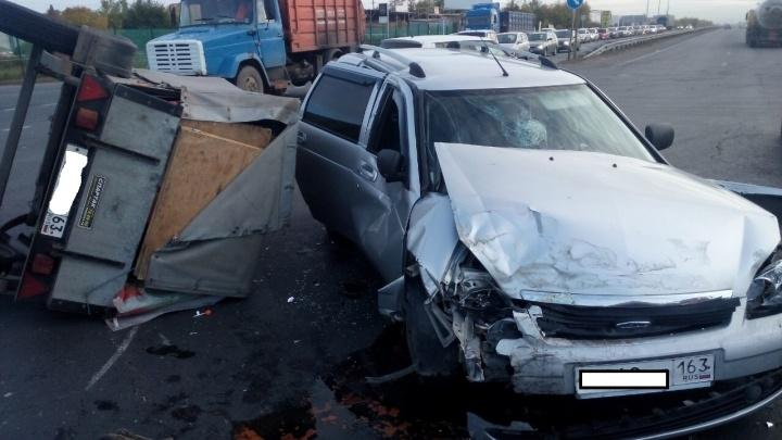 На трассе в Самарской области водитель KIA опрокинула прицеп