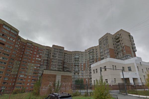 Это случилось в 14-этажном доме на улице Федосеева, 2