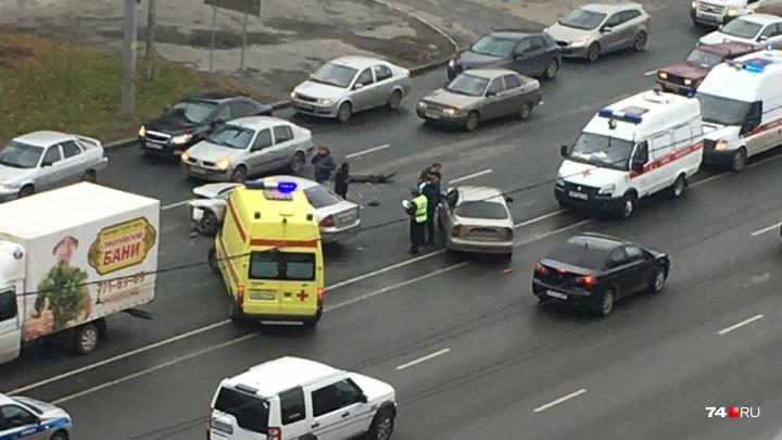 «Приехали три машины скорой»: на Северо-Западе Челябинска произошла авария на крупной магистрали