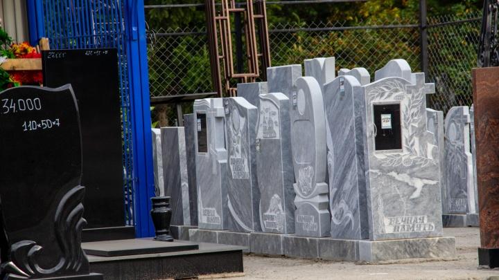 Стало известно, у кого депутат горсовета просил взятку в виде оградки и надгробного памятника