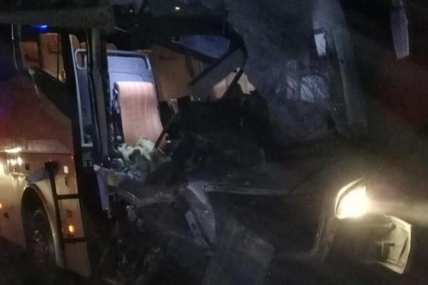 Автобус с 50 пассажирами врезался в ехавший впереди КАМАЗ