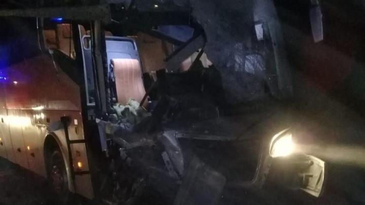 Автобус влетел в КАМАЗ: в полиции рассказали подробности ночного ДТП с автобусом из Шерегеша