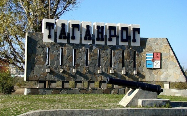 Поразительное сходство: житель Екатеринбурга обвинил власти Таганрога в краже логотипа