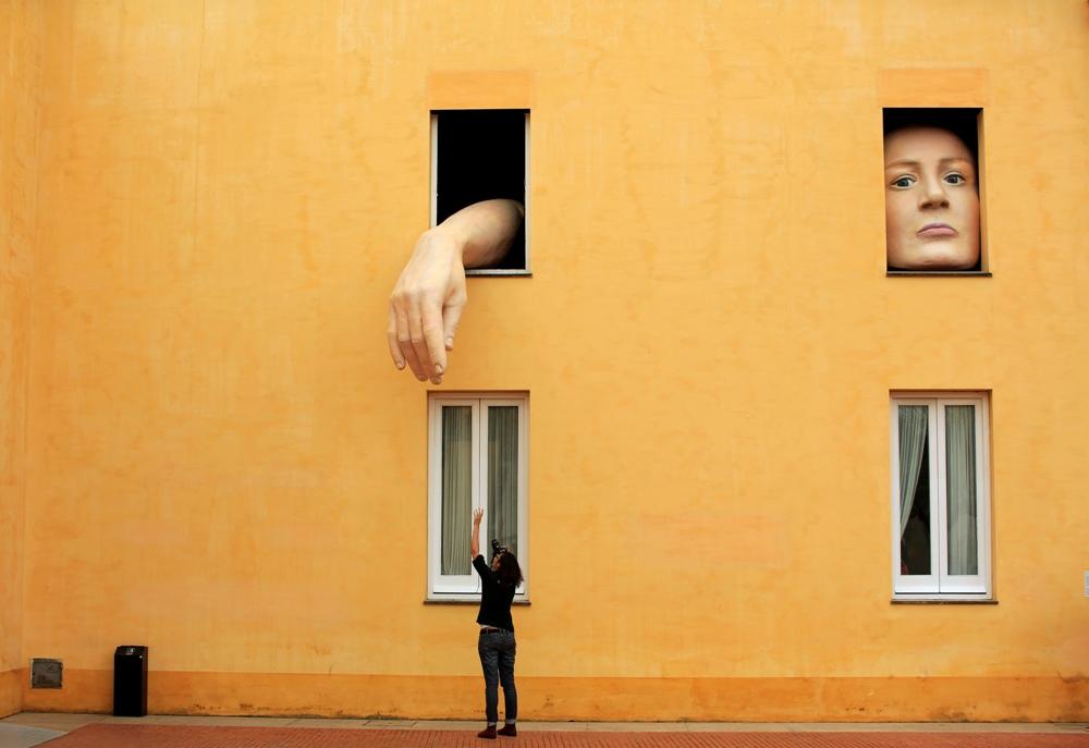«Алиса» испанской художницы Кристины Лукас в Севилье