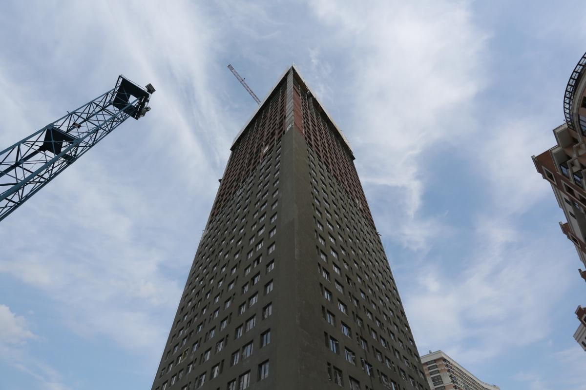 В общей сложности первый дом возвышается на 36 этажей: 35 — жилых и торговая галерея — на первом