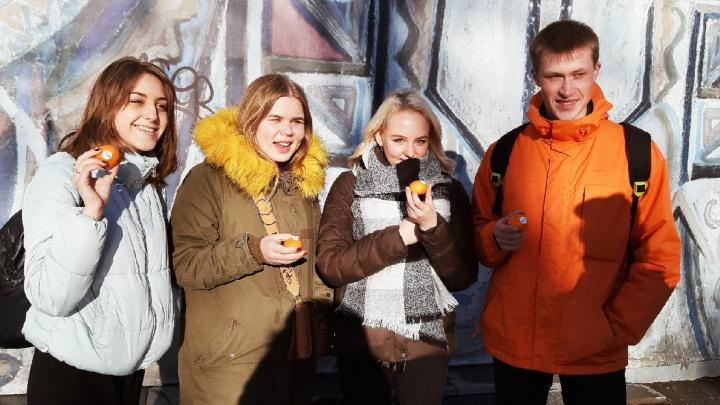 Первого апреля в Перми самая позитивная радиостанция «Юмор ФМ» раздала 100 килограммов мандаринов
