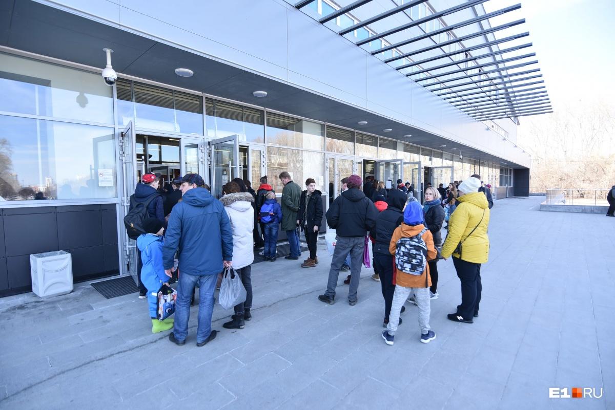В эту субботу в «Уралец» любители хоккея приходили семьями