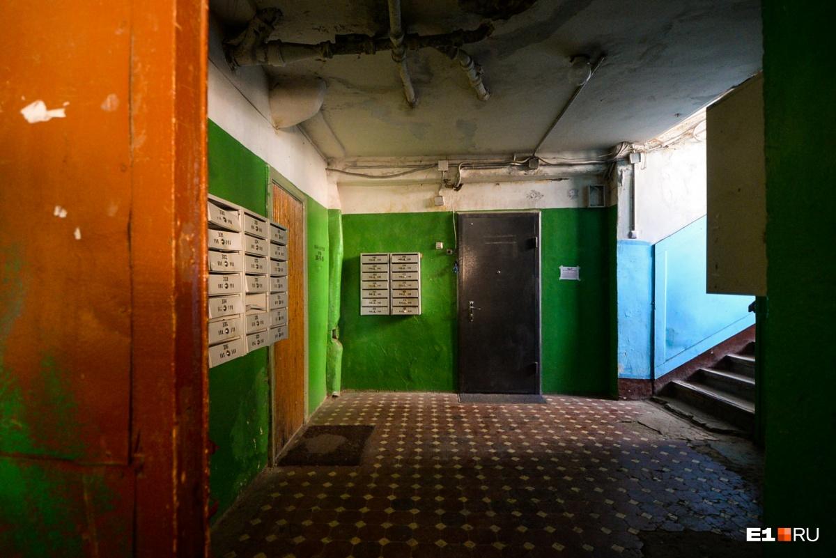 Пройдя по коридору, мы вышли с другой стороны корпуса, где подъезд выглядел более привычным