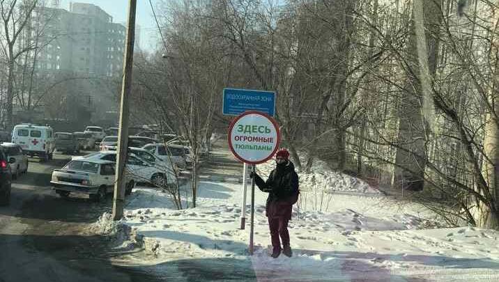 Вместо машин с цветами на улицах Красноярска появились указатели «тюльпаны здесь»