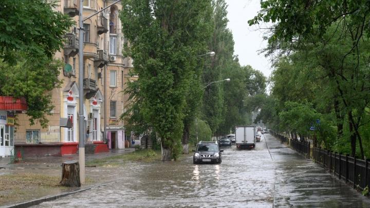 «Отправляют к проектировщикам труб»: на севере Волгограда «аномальный» ливень затопил подъезд