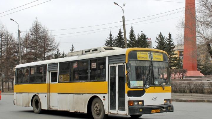 Пенсионер попал в травмпункт после падения при выходе из автобуса №71