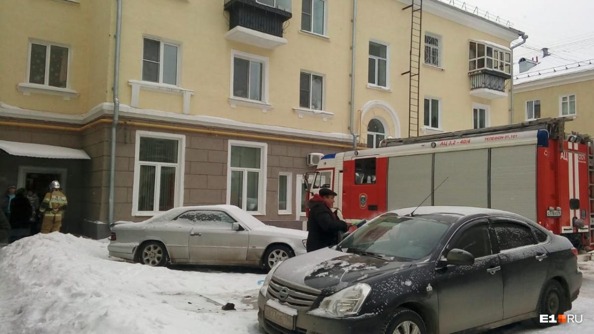 В Екатеринбурге бомбу ищут в здании детской больницы