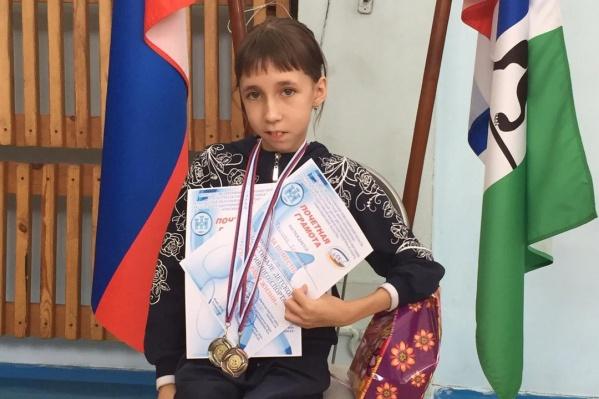 Елизавете Ткачевой исполнилось 14 лет — половину её жизни врачи никак не могли поставить диагноз, из-за которого у неё слабые мышцы. Несмотря на особенности, девочка занимается спортом