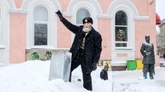 Моряк, студент и бабник. Нижегородец в 68 лет чистит Покровку и обнимается с незнакомыми девушками