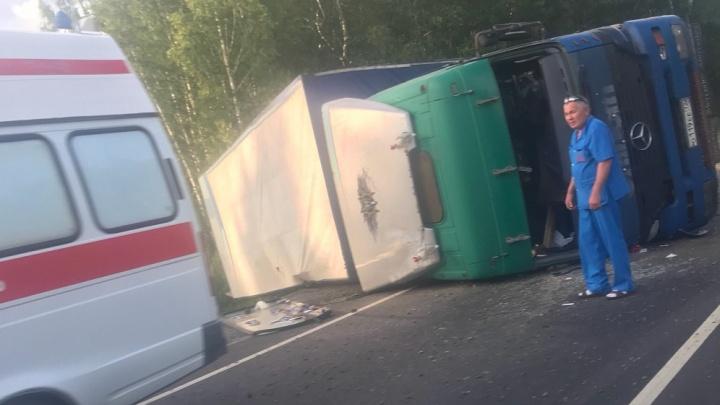 На трассе Тюмень — Ханты-Мансийск опрокинулась фура