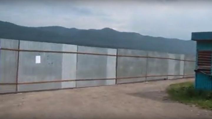 Строителей базы отдыха на Мане обязали убрать забор