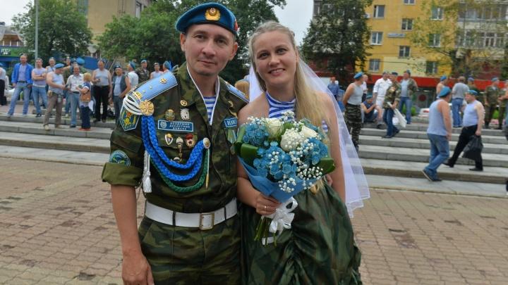 Невеста-десантница и шмель-парашютист: большой фоторепортаж с гуляний на День ВДВ в Екатеринбурге
