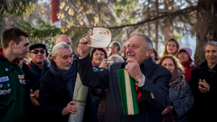 «Мы завидуем 2018 году»: в Новосибирске вскрыли 50-летнюю капсулу времени с наивным письмом внутри