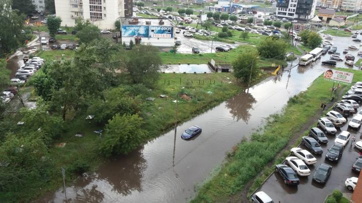 На Шумяцкого после дождя машины тонули по бампер в лужах